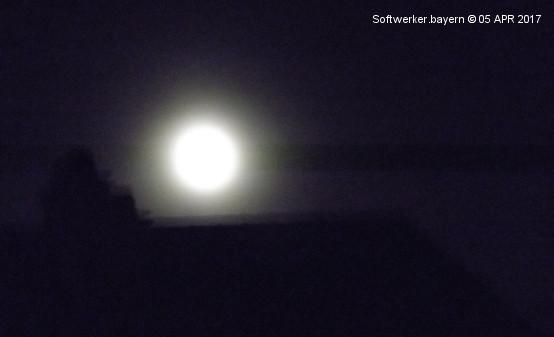 Der Mond hält seine Wacht